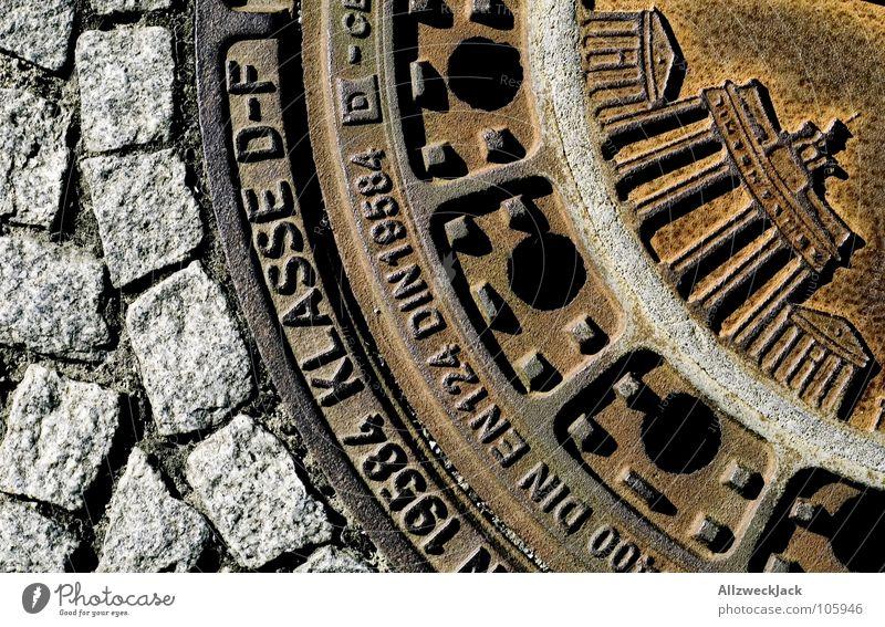 Hauptstadtgulli Straße Berlin Metall Deutschland Kopfsteinpflaster Gully Abwasserkanal Abdeckung unterirdisch Relief Gußeisen Brandenburger Tor Katakomben