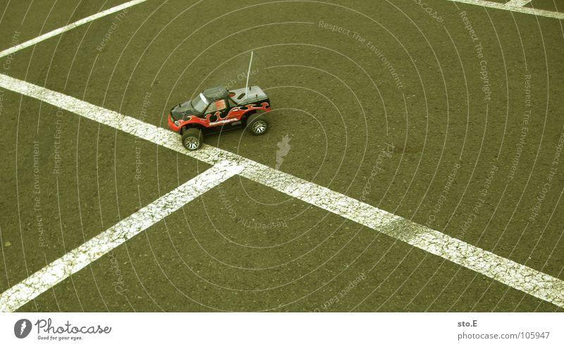 mit vollgas an die bordsteinkante Miniatur Modellauto Rennwagen Geländewagen funkgesteuert Funktechnik Antenne Modellbau Asphalt Streifen Parkplatz