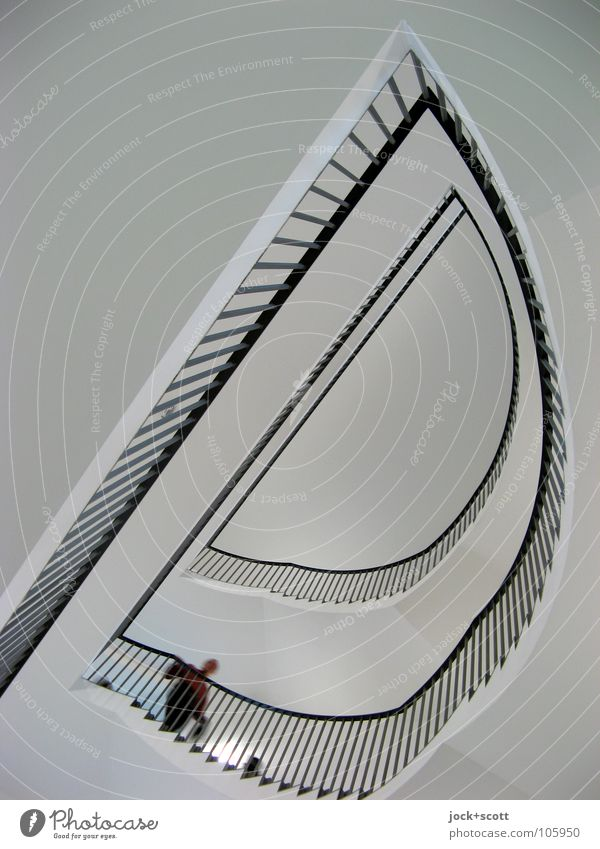 Treppe nehmen 1 Mensch Kassel Burg oder Schloss Architektur Treppenhaus Linie Halbkreis gehen außergewöhnlich hoch modern oben schwarz weiß Stimmung Sicherheit