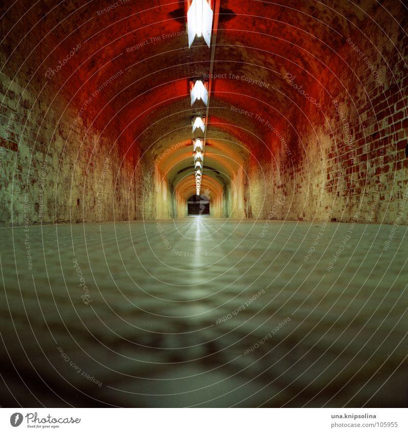 tunnel rot Wege & Pfade Beleuchtung gehen laufen Verkehr Fliesen u. Kacheln Backstein Verbindung Verkehrswege analog Tunnel Gang Ausgang unterirdisch