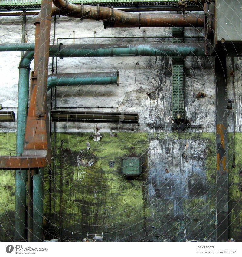 verlassen und angeschmiert alt grün Einsamkeit ruhig Gebäude Zeit Metall dreckig modern kaputt Wandel & Veränderung verfallen Fabrik Rost Röhren Verbindung