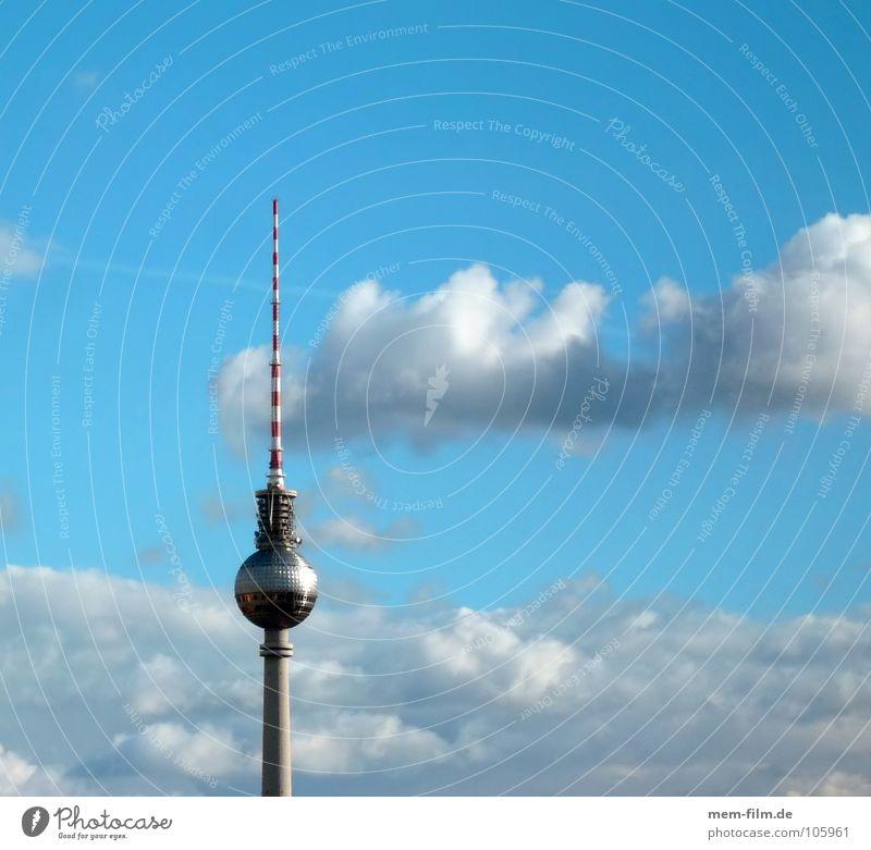 himmel über... Wahrzeichen Osten Berlin Wolken schlechtes Wetter Tourismus Tourist Sightseeing Kunst Alexanderplatz Hochhaus Radio terrestrisch Überwachung