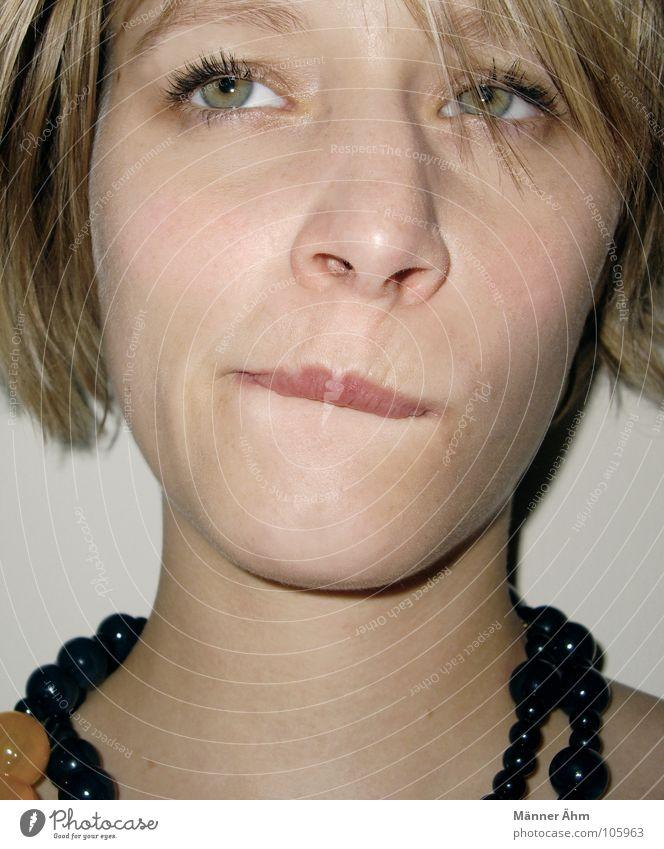Hmmmm... Frau Denken genießen lecker Fragen ungewiss Gedanke Wissenschaften Ernährung Konzentration Kommunizieren nachdenken Gesicht Kette Mund Appetit & Hunger