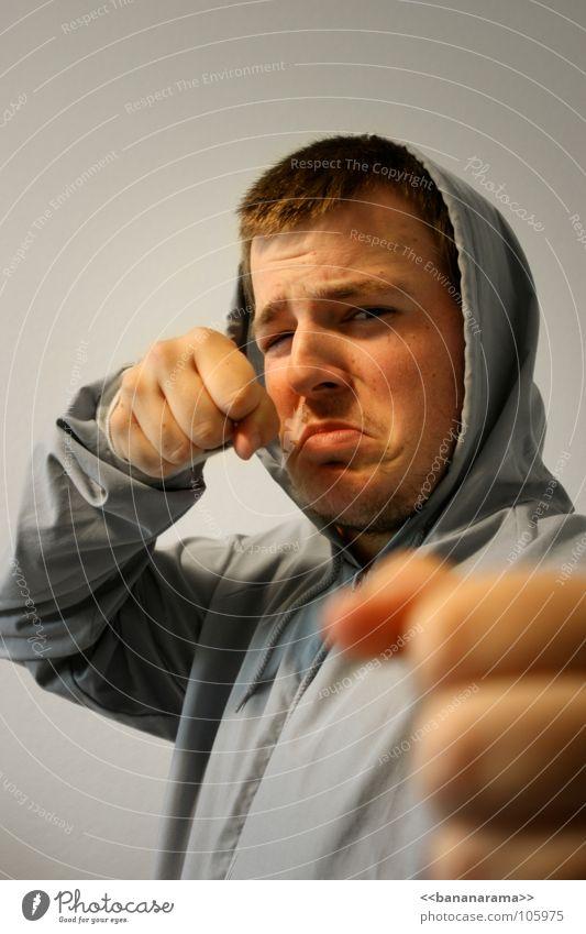 Zwei Fäuste für ein Halleluja Mann Hand Gesicht grau Kopf Aktion Wut Club Konflikt & Streit Gesichtsausdruck Lautsprecher kämpfen Ärger Kapuze Faust Hass