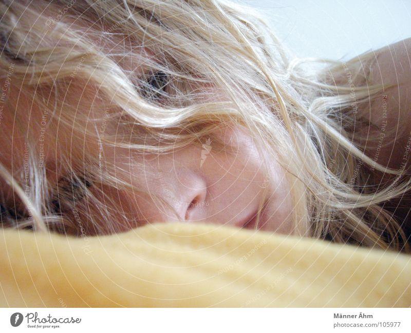 Ich bin müde. Frau Haare & Frisuren blond Kommunizieren liegen Konzentration Müdigkeit Decke Erschöpfung aufwachen aufstehen