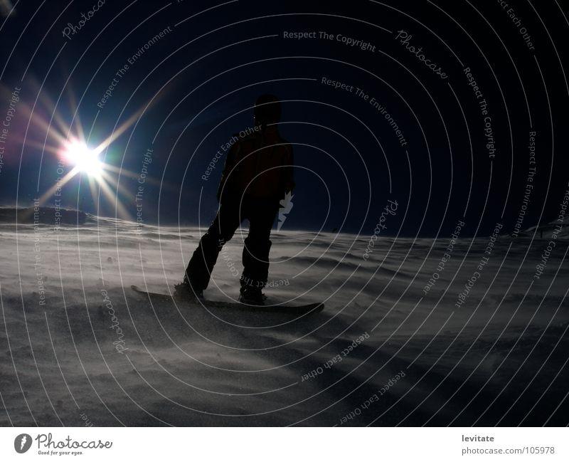 snowboarder Snowboard Winter kalt Wintersport Schnee lenzerheide Sonne Wind Snowboarder Snowboarding abwärts Schneewehe Sonnenstrahlen Gegenlicht Wintersonne
