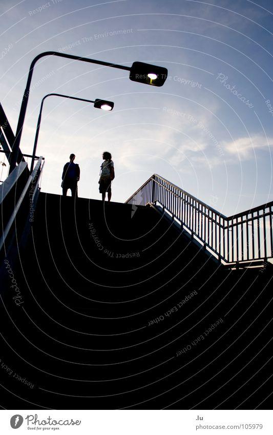 _ zwei (1/3) Mann Jugendliche Himmel blau Freude Lampe dunkel oben Bewegung Freundschaft 2 laufen Treppe stehen fallen