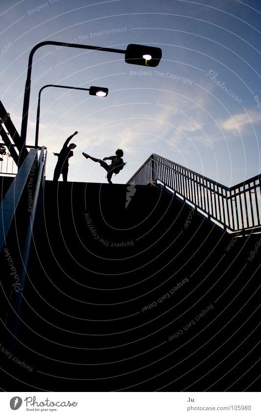 _ zwei (2/3) Mann Jugendliche Himmel blau Freude Lampe dunkel oben Bewegung Freundschaft laufen Treppe stehen fallen