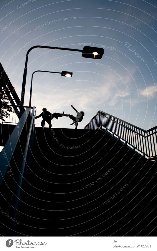 _ zwei (3/3) Mann Jugendliche Himmel blau Freude Lampe dunkel oben Bewegung Freundschaft 2 laufen Treppe stehen fallen