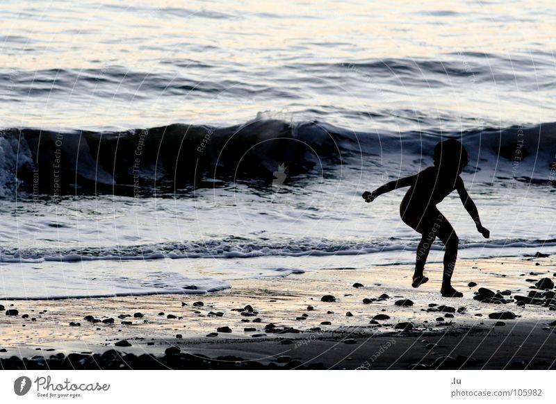 _ Kind springt Ferien & Urlaub & Reisen Meer Monster Sonnenuntergang Spielen springen Wellen Strand Freude Kontrast Trampeln Wasser Sand