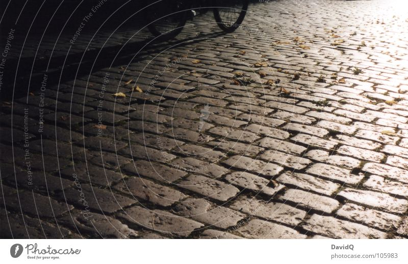 Kopfsteinradler weiß Sonne schwarz Straße Wege & Pfade grau Fahrrad Bodenbelag Ziel Asphalt Verkehrswege analog Kopfsteinpflaster Pflastersteine heimwärts Feierabend