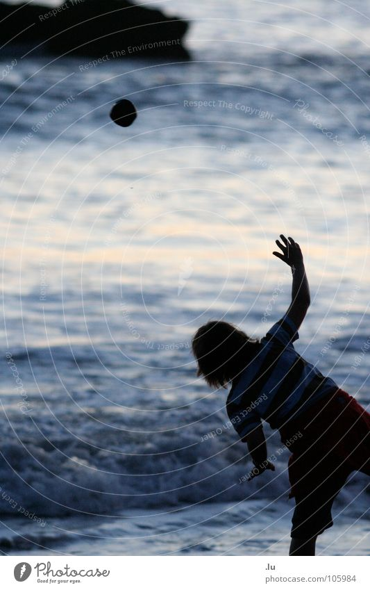 _ Stein zur Sonne Kind Meer Sonnenuntergang Spielen Ferien & Urlaub & Reisen zielen Strand Freude Bewegung Kontrast Steinwurf Wasser werfen Ludwig Kannicht