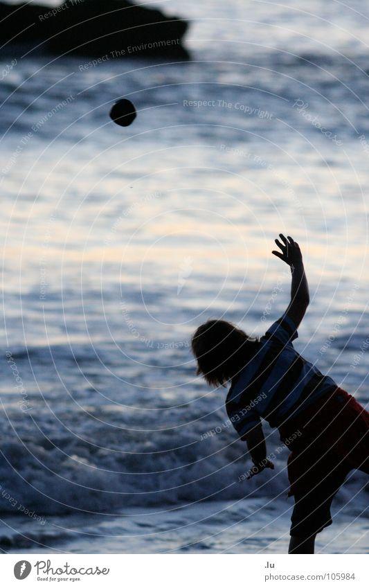 _ Stein zur Sonne Kind Wasser Meer Freude Strand Ferien & Urlaub & Reisen Spielen Bewegung werfen zielen