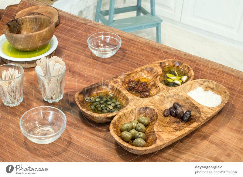 Oliven in einer Holzschale zum Probieren. Natur grün Blatt schwarz Essen Frucht frisch Tisch Kochen & Garen & Backen Europäer Gemüse Restaurant