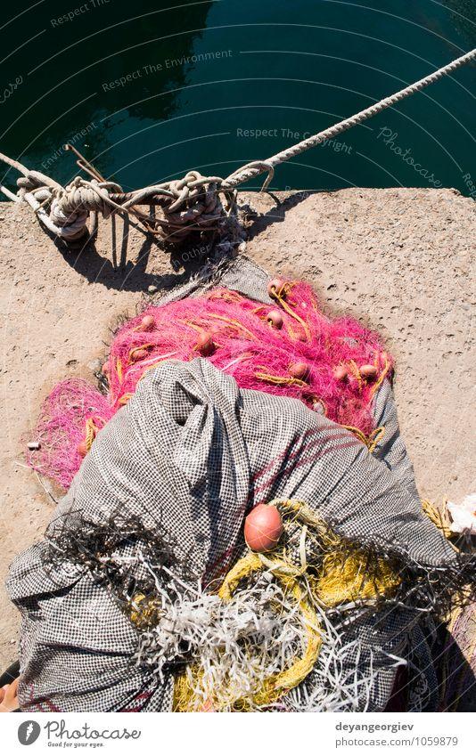 Netzstrümpfe auf dem Fischboot. Tageslicht. Meeresfrüchte Industrie Seil Hafen Wasserfahrzeug Linie alt maritim Fischen Gerät marin Knäuel fangen Konsistenz