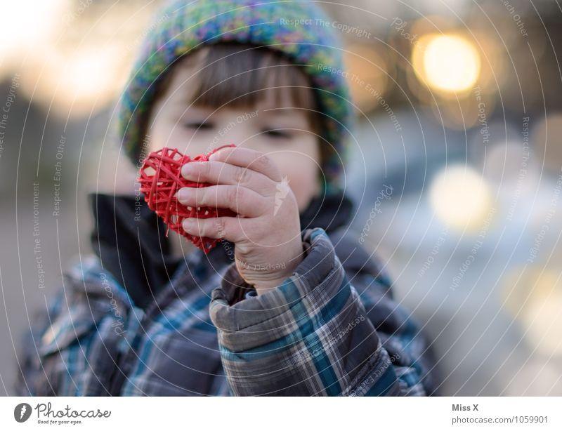 Ich liebe Dich! Mensch Kind Hand Gefühle Liebe Junge Stimmung maskulin Kindheit Herz Warmherzigkeit Finger Freundlichkeit Verliebtheit Kleinkind Kindererziehung