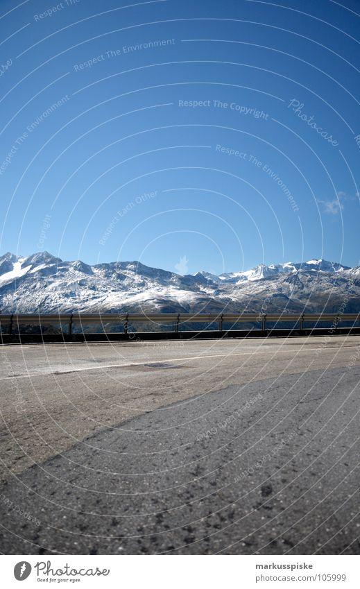 serpentine kalt Gletscher dunkel Urzeit gefroren Talgletscher Alpen Schweiz massiv See Serpentinen Teer Leitplanke Verkehr Eis Schnee Kristallstrukturen Loch