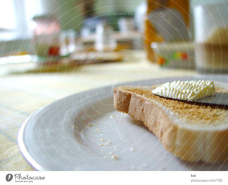 Frühstück Ernährung Tisch streichen Teller Tischwäsche Butter Toastbrot Mahlzeit