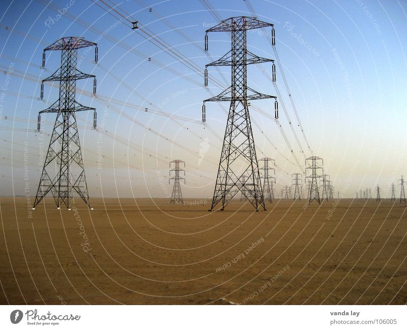 high voltage I Himmel blau Einsamkeit grau Sand Kraft Metall Umwelt Horizont Industrie Energiewirtschaft Elektrizität Macht mehrere Technik & Technologie Kabel