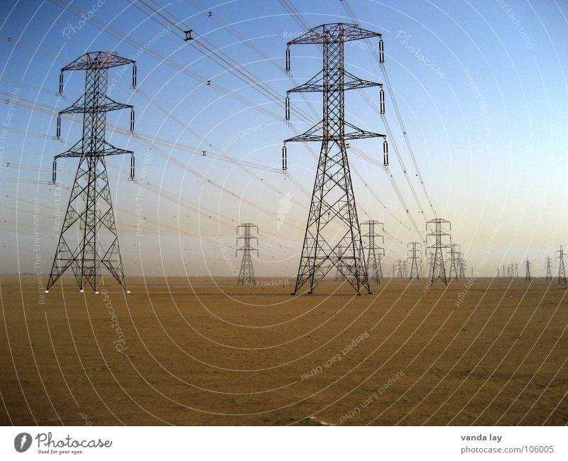high voltage I Strommast elektronisch Elektrizität grau Draht Eisen Umwelt Kabel Kraft Stromausfall Bewusstseinsstörung Hochspannungsleitung Konstruktion