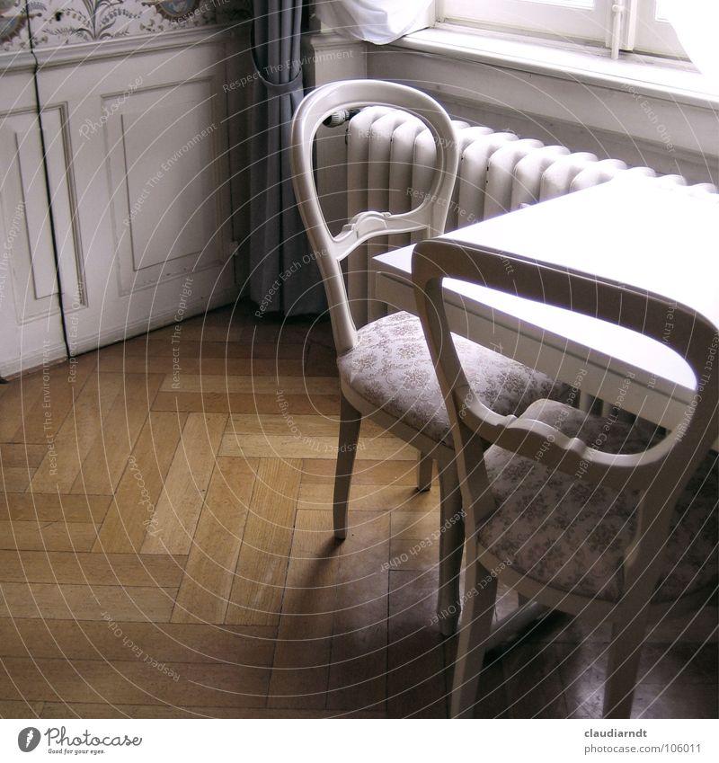 Zu Besuch beim Herzog alt weiß elegant Tisch Stuhl historisch Vergangenheit Burg oder Schloss Möbel Wohnzimmer Sitzgelegenheit Gutshaus edel antik Heizkörper König