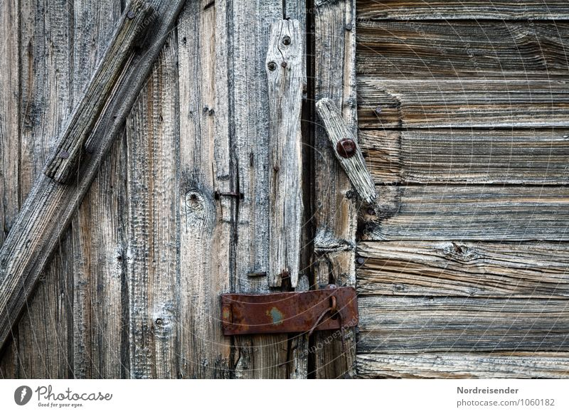 Verschlusssache..... Hütte Bauwerk Gebäude Fassade Tür Holz Metall Schloss Schlüssel alt kaputt natürlich grau sparsam Verfall Vergänglichkeit Holzstruktur