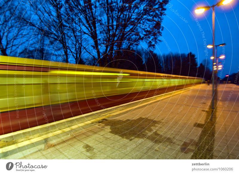 S-Bahn Berlin Verkehr Schienenverkehr Bahnhof Bahnsteig Vorstadt Linie Netz Öffentlicher Personennahverkehr Unschärfe Dynamik Geschwindigkeit Berufsverkehr Eile