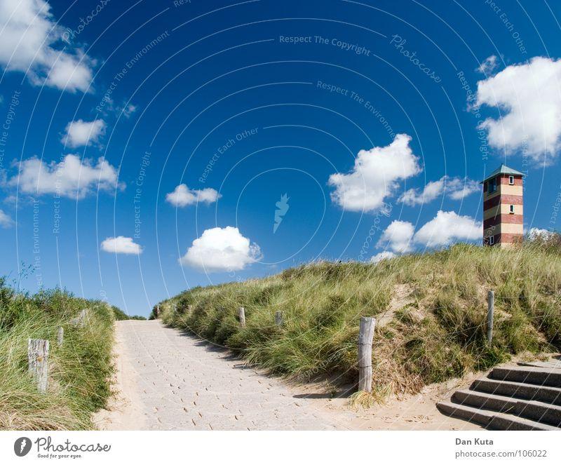 Beim Leuchtturm halblinks schön Himmel blau Sommer Strand Wolken Straße Gras Wege & Pfade Sand Küste gehen Treppe Streifen fantastisch Stranddüne