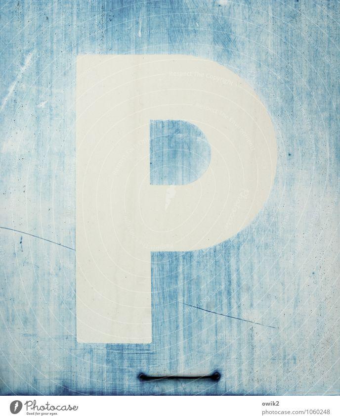 Platzhalter Verkehr Verkehrsschild Hinweisschild Zeichen Schriftzeichen einfach blau weiß Abnutzung abgeschabt schäbig Spuren Parkplatz Zahn der Zeit Farbfoto
