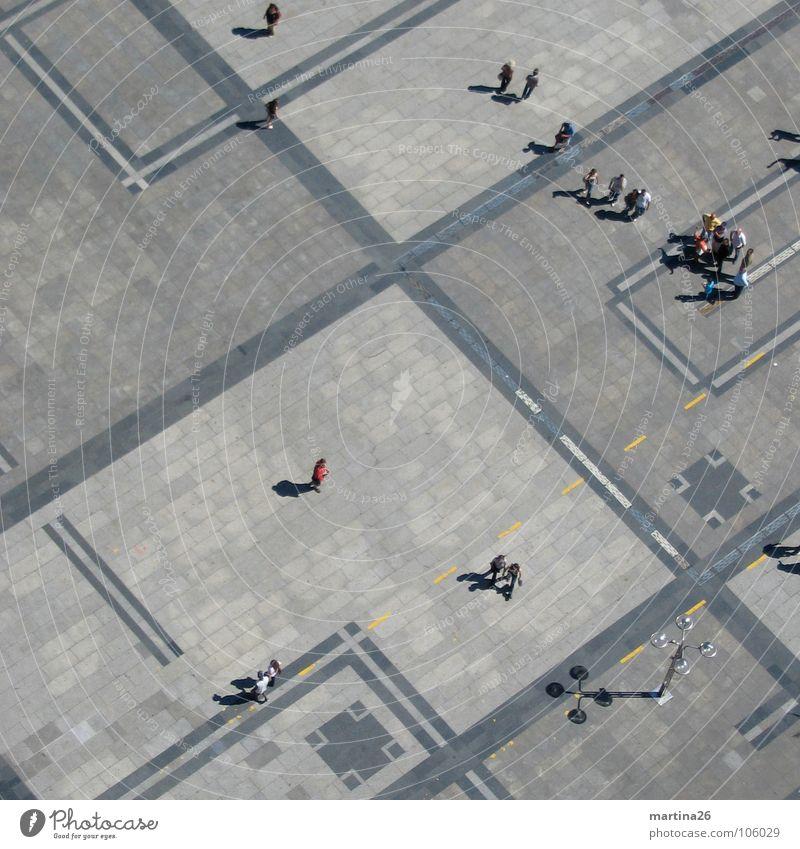 Vogelperspektive Mensch grau Linie Platz offen Verkehrswege diagonal Anhäufung graphisch Pflastersteine Miniatur Freiraum weitläufig rechtwinklig