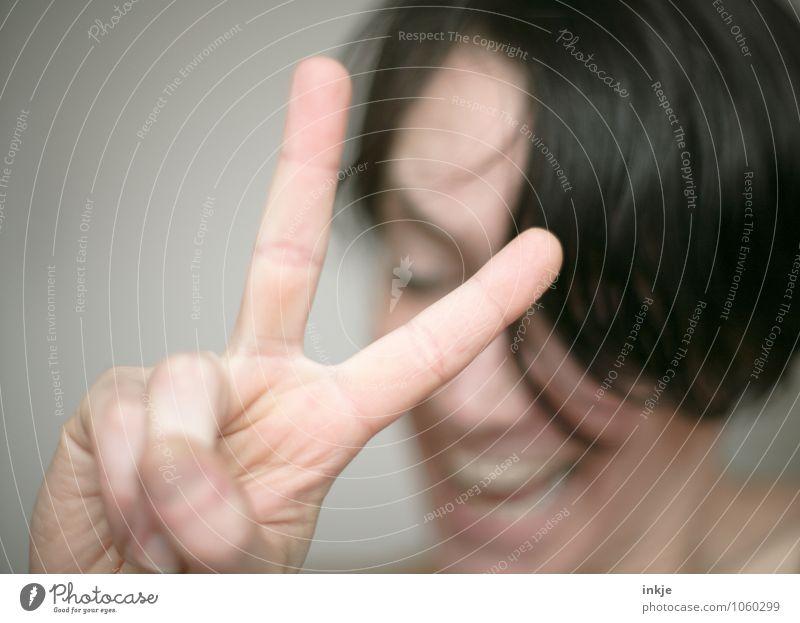 Viktory Fingerzeichen Lifestyle Freude Freizeit & Hobby Erfolg Frau Erwachsene Leben Gesicht Hand 1 Mensch 30-45 Jahre Lächeln lachen Coolness Fröhlichkeit