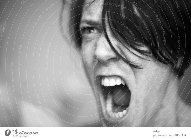 Portrait mit der gewissen Schärfe. Mensch Frau Erwachsene Gesicht Leben Gefühle Lifestyle wild Mund bedrohlich Zähne nah Wut Mut Konflikt & Streit schreien