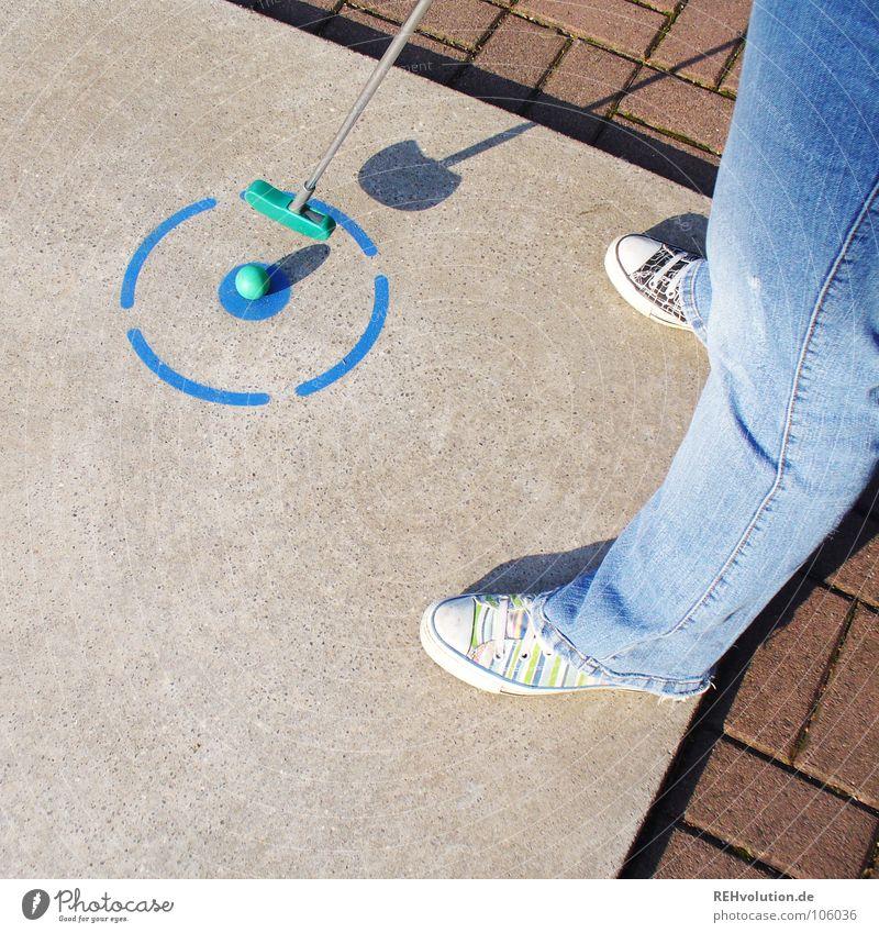 4er-Schuhe blau Sommer Freude Spielen grau Freizeit & Hobby Schilder & Markierungen Beton Erfolg stehen Ecke rund Ball Jeanshose schreiben Punkt