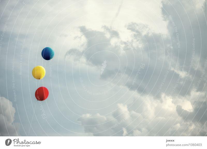 Bis nächstes Jahr Himmel Wolken Feste & Feiern frei hoch blau gelb rot Freude Vorfreude Klima Lebensfreude Leichtigkeit Party Farbfoto mehrfarbig Außenaufnahme