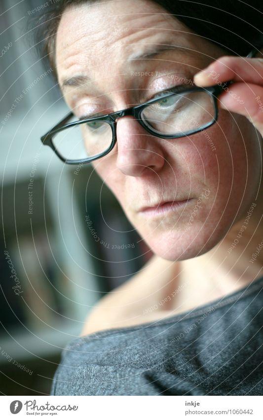 Sybille Mensch Frau Erwachsene Gesicht Leben Gefühle beobachten lernen Brille lesen Neugier Bildung entdecken Konzentration Interesse klug
