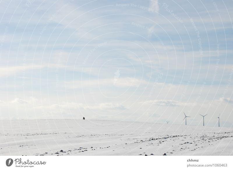 Gegenwind Mensch Himmel blau weiß Einsamkeit Wolken Ferne Winter Schnee klein Energiewirtschaft Feld wandern Spaziergang Windkraftanlage flach