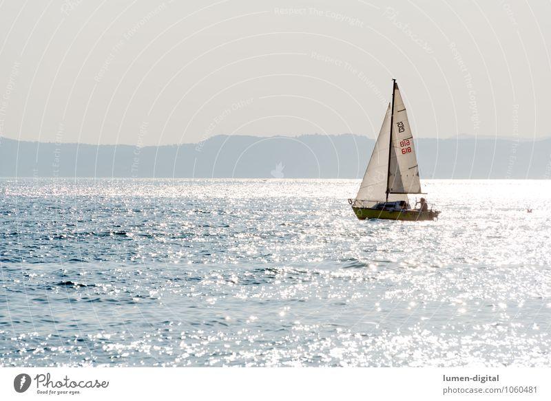 Segelboot auf einem See im Gegenlicht Sonne Strand Küste Wasserfahrzeug glänzend Aktion Wellen Insel Seeufer Segeln Wassersport Jacht Gardasee