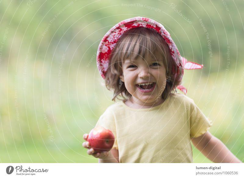 Kind freut sich mit Apfel Frucht Ernährung Freude Gesicht Sommer Mensch Kleinkind Mädchen 1-3 Jahre 3-8 Jahre Kindheit Hut Essen lachen Fröhlichkeit frisch
