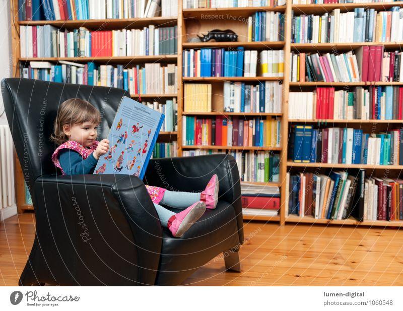 Kleines Mädchen mit Buch Mensch Kind Mädchen Wachstum Häusliches Leben Kindheit Buch lernen lesen Bildung Kleinkind Printmedien Sessel Bibliothek Regal 3-8 Jahre