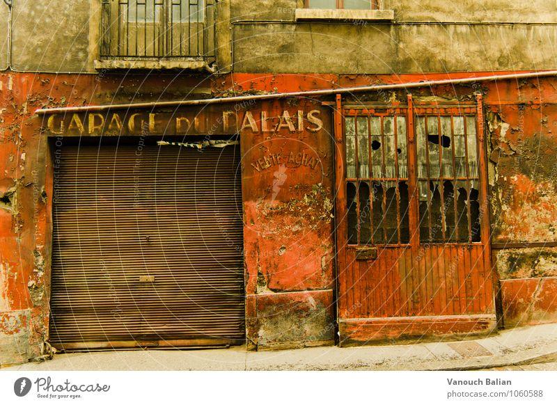 Garage du Palais Stadt Mauer Wand Fassade historisch kaputt Garagentor altehrwürdig Frankreich Lyon Altstadt rot beige gehen Putz Putzfassade verfallen