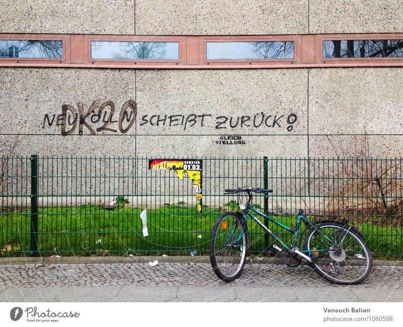 Neukölln scheißt zurück! Hauptstadt Bauwerk Gebäude Mauer Wand schreien Berlin Ghetto Fahrradtour Zaun Autofenster Aggression benachteiligt Graffiti Schmiererei