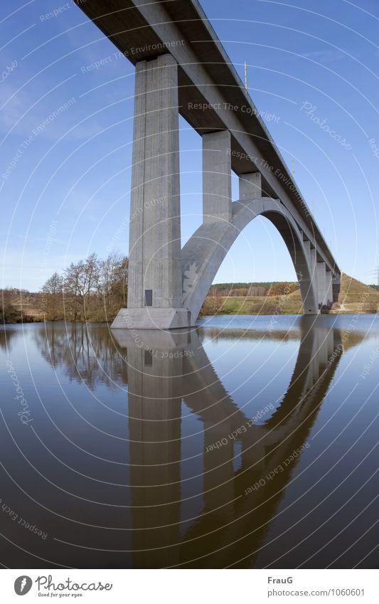 unter der Brücke Wasser Himmel Sträucher See Verkehrswege Straßenverkehr Autobahn Beton grau ästhetisch Wege & Pfade Reflexion & Spiegelung Konstruktion