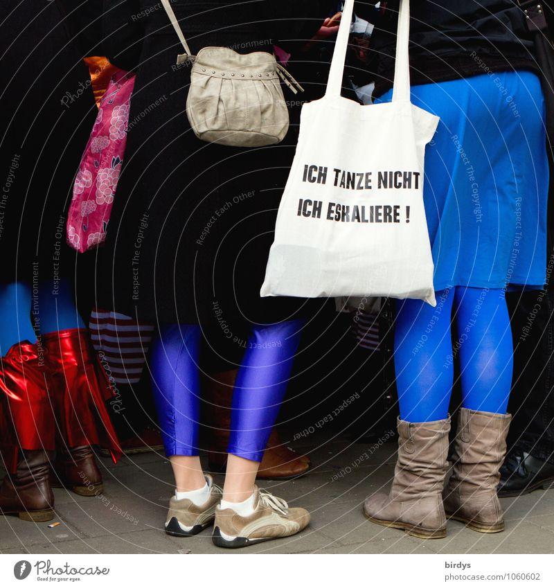 echt jeck blau weiß Freude lustig feminin Beine Feste & Feiern Menschengruppe Party Freundschaft authentisch Schriftzeichen stehen Schuhe verrückt Tanzen