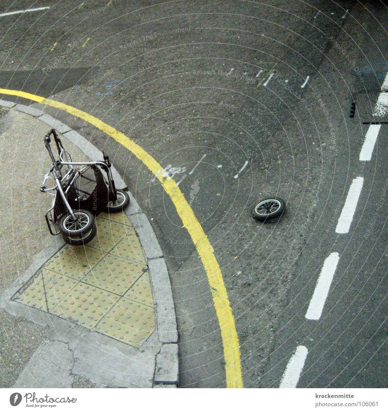 Rad ab Straße liegen Verkehr gefährlich kaputt Streifen Asphalt Zerstörung verloren Unfall Bordsteinkante Schaden Fahrbahn Fahrbahnmarkierung Panne