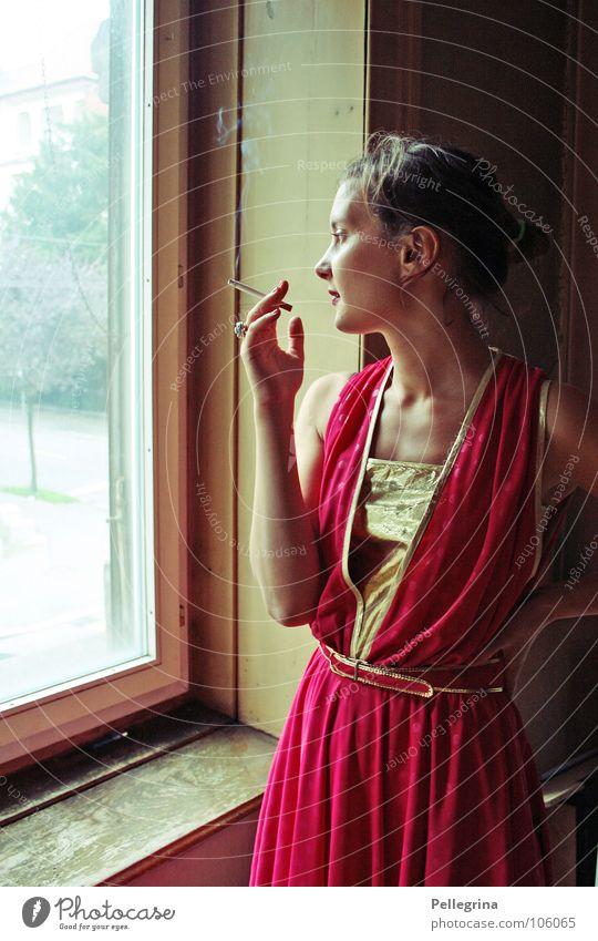 smoking area Frau rot Fenster träumen gold Rauchen Kleid Sehnsucht Dame Rahmen Zigarette Gedanke Fernweh verträumt Fräulein Diva