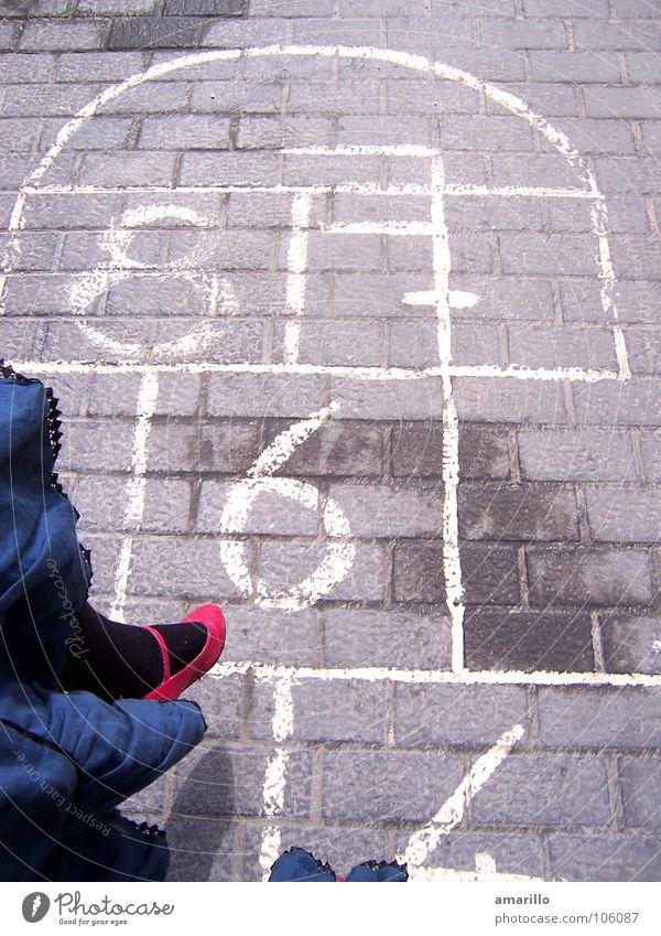 Zahlensprung Frau Mädchen Freude Straße feminin Graffiti Spielen grau springen Stein Beine lustig Schuhe Tanzen nass hoch