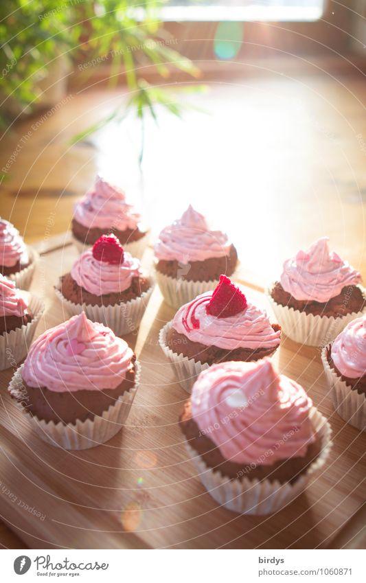 Himbeermuffins zum Kaffee rot Freude Essen braun Foodfotografie rosa Häusliches Leben genießen Ernährung Schönes Wetter süß Freundlichkeit viele lecker Süßwaren Leidenschaft