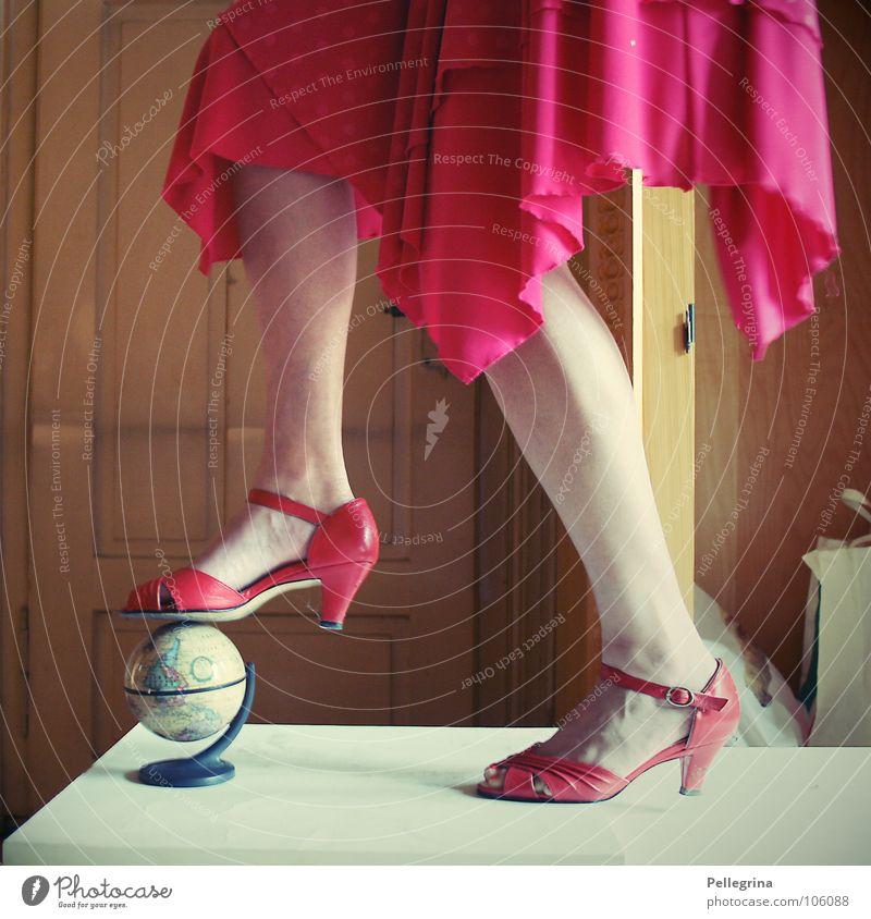 red shoes blues Frau rot Ferien & Urlaub & Reisen träumen Erde Beine Fuß Tür Schuhe Raum Kleid Kugel Dame Landkarte Globus Treppenabsatz