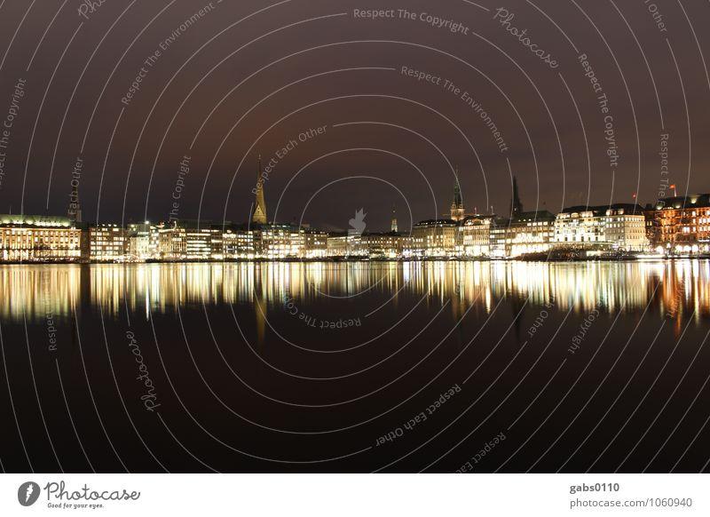 Binnenalster bei Nacht I Hamburg Licht Wasser Reflexion & Spiegelung Langzeitbelichtung Gebäude Himmel Kirchturm Hansestadt schwarz gelb weiß Horizont Tourismus