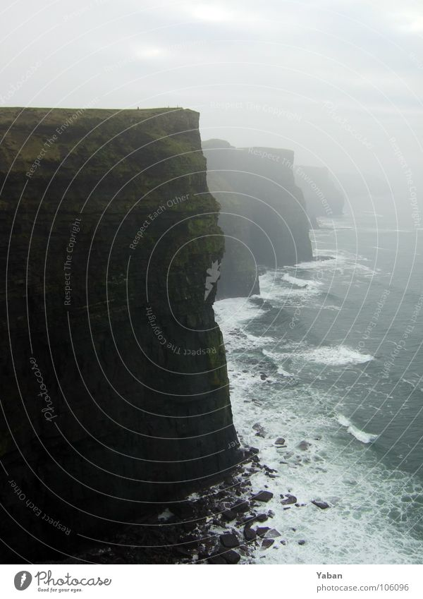 Cliffs of Moher Atlantik Klippe Am Rand Nebel Wellen Meer Gischt Schaum Europa Strand Küste Vergänglichkeit Republik Irland Westküste Felsen grüne Insel Wind